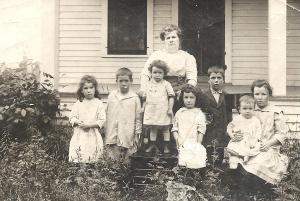 Minnie and her children, 1915